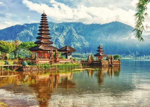 Balinese Temple, Ulun Danu Beratan (EDU17674), a 2000 piece jigsaw puzzle by Educa. Click to view larger image.